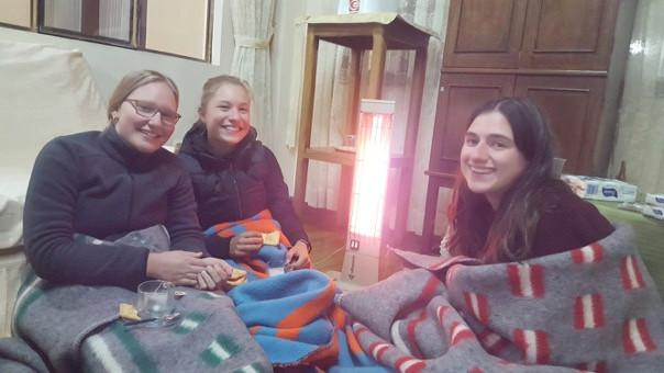 Drei der Freiwilligen sitzen in La Paz auf dem Boden. Alle sind sie in Decken gehüllt, essen Kekse und trinken Tee. Es ist die erste Woche ihres Freiwilligendienstes in Bolivien.