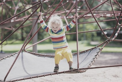 Enkelkind schubst, Enkelkind auf dem Spielplatz, Umgang mit Gewalt, Kleinkinder schubsen