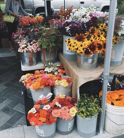 Local flowers 🌺 _#seasonalflowers #local #ethicallygrown #pentictonfarmersmarket #honestblooms