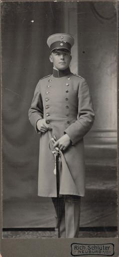 Lehmann in Ausgehuniform im Rang eines Leutnants