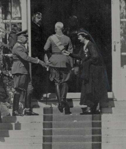 Cecilie zu Mecklenburg begrüßt Generalleutnant Lehmann (links) bei der Beerdigung ihres Schwiegervaters in Doorn 1941.