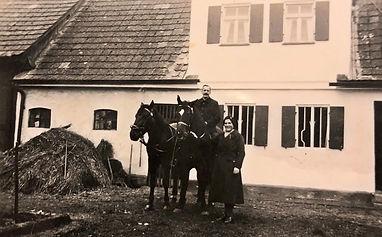 Onkel Georg Gumpp mit Tochter Anni vor seinem Anwesen im Weiler, um 1940