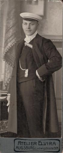Josef posiert als Absolvent des Realgymnasiums Donauwörth