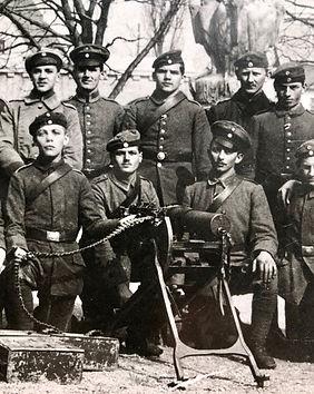 Stefan Gumpp (kniend, zweiter von links) erlebt die Schrecken des Weltkriegs hautnah an der Front. Eine Fotografie aus dieser Zeit erinnert die Nachkommen noch heute an die Leiden des Groß- und Urgroßvaters.