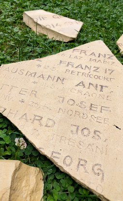 Vom alten Kriegerdenkmal sind nur Fragmente erhalten ...