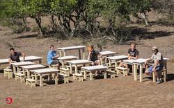 Schulbänke und Tische