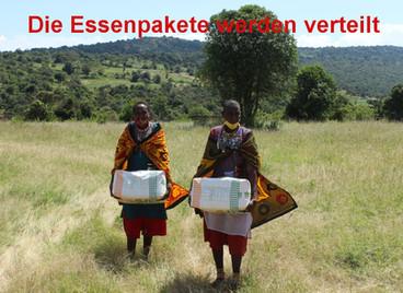 Die Essenspakete werden verteilt