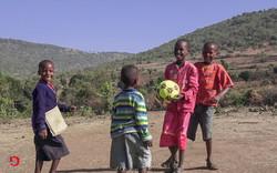 Kinder mit Fussball