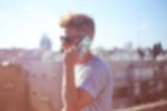 Guy Holding ein Telefon