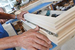 Il controllo di ogni minimo particolare garantisce eccellettni standard qualitativi e di sicurezza. La nostra falegnameria produce serramenti in legno da oltre 50 anni per tutta Vicenza