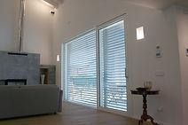 Serramento in legno/alluminio per grandi dimensioni, con apertura scorrevole. Gli alzanti scorrevoli possono avere un fisso laterale tutto vetro.