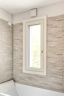 Finestra ad anta e ribalta in legno e alluminio