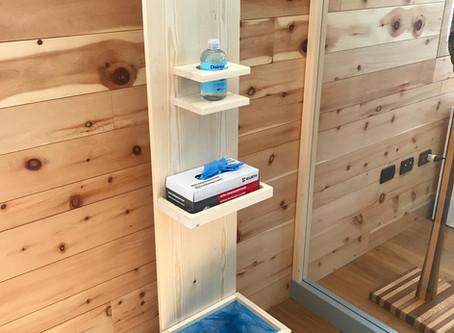 Totem Natura: dispenser in legno porta guanti e gel igienizzante per mani