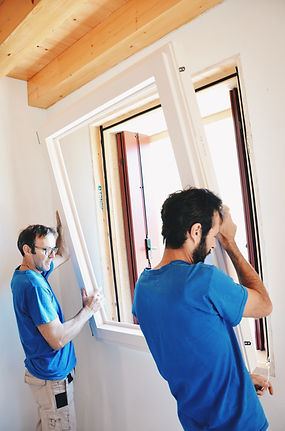 La posa in opera dei serramenti è di fondamentale importanza per dare valore alla realizzazione dei serramenti. Produciamo serramenti in legno e legno/alluminio e posiao su Padova e Vicenza.