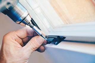 Manutenzione post vendita dei nostri serramenti in legno e legno/alluminio. Siamo produttori di serramenti in legno e legno/alluminio . Posiamo su tutta Vicenza e Padova.