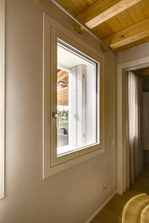 Finestra in legno laccata bianco