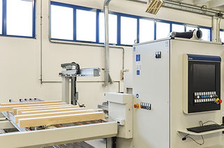 Ogni lavorazione viene seguita con attenzione per tutto il flusso di lavorazione. Siamo un'azienda che progetta e produce serramenti in legno e legno/alluminio in Veneto su tutta la provincia di Vicenza.