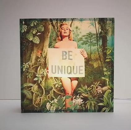 """Lampe illustrée d'une femme Pin Up blonde au message """"Be unique"""""""
