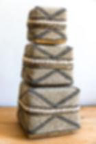 Boite à offrande bambou recouverte de perles écrues et noires - Marseill