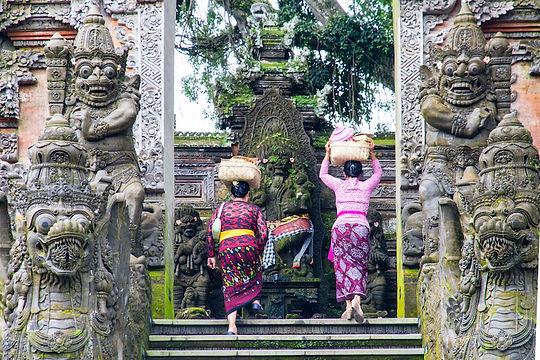 Femmes à l'entrée d'un temple à Bali - Boite à offrandes sur la tête