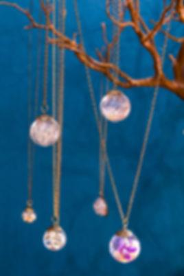 Bijoux Fleurs séchées Marseille - Inclusion dans boule en verre - Création marseillaisse Trois Fenetres - le Panier