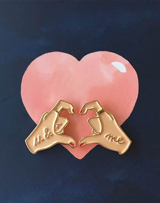 Pin's retro Mains formant un coeur - Pins Hands of Love - You & Me