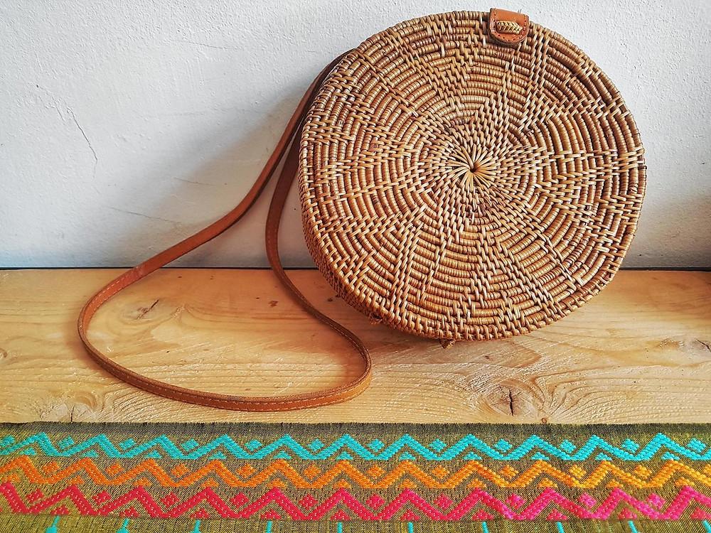 Sac rond en rotin de Bali - Joli motif fleur - disponible chez Trois Fenêtre à Marseille et en livraison gratuite.