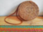 Des sacs ronds en rotin de Bali choisis directement auprès de nos artisans sur place. Un tissage original de haute qualité et tendance pour cet été.