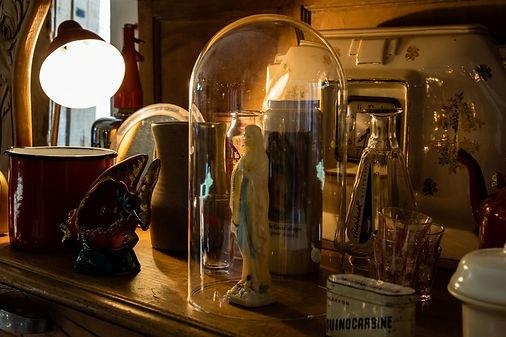 Vetements objets et curiosité chez Rita - Boutique restau brocante - Le Panier de Marseille