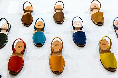 Espadrilles sandales en cuir pour femme en boutique à Marseille