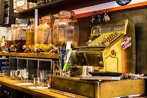 Comptori du bar Le Barjac à Marseille - Rhums arrangés et objet vintage - Le Panier de Marseille