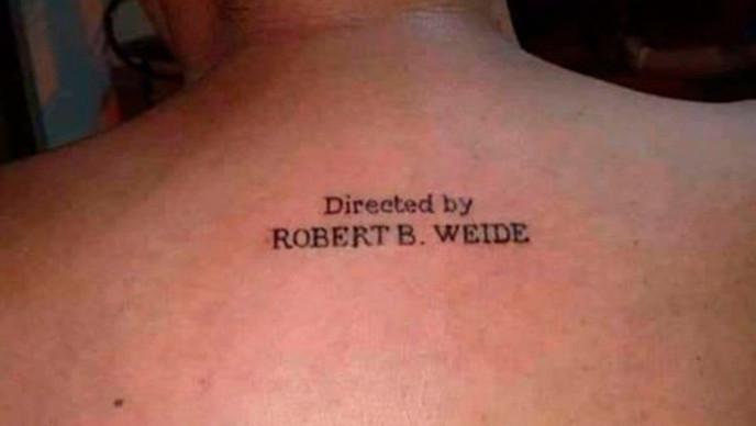 El director Robert Weide ruega que dejen de tatuarse su nombre