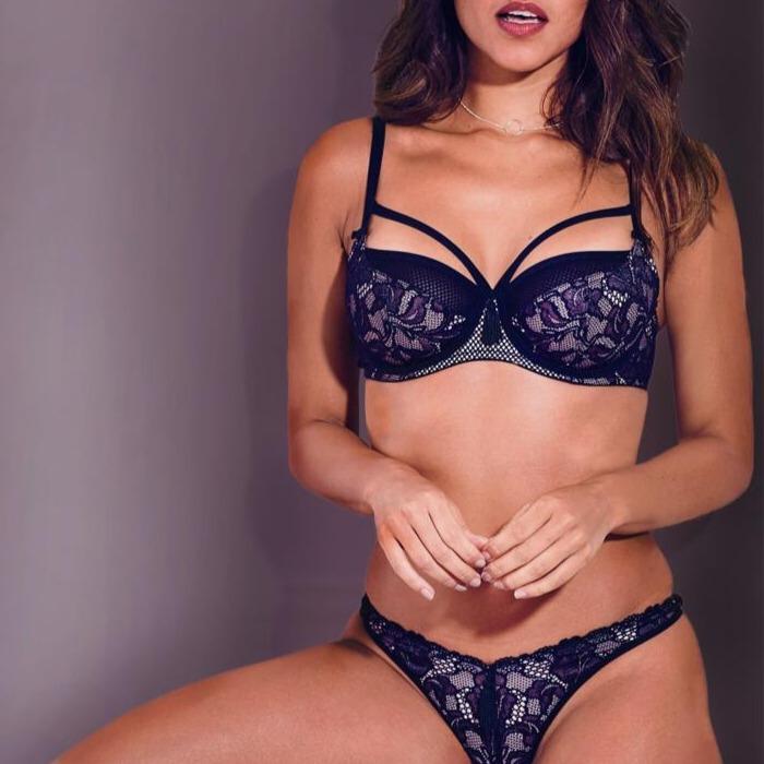 Singapore Escort babe in lingerie