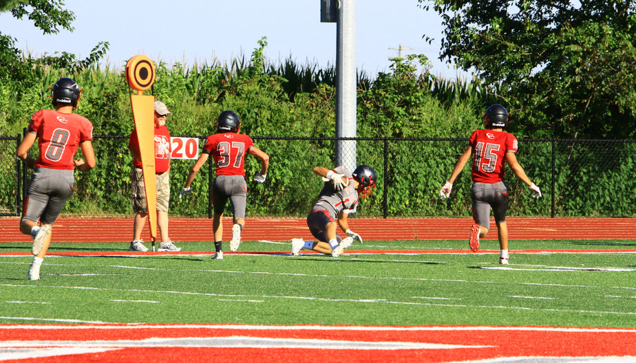 Layne Sommers catches pass from Noah Fer
