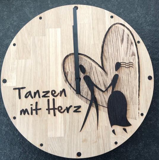 Uhr mit Lasergravur auf Eiche