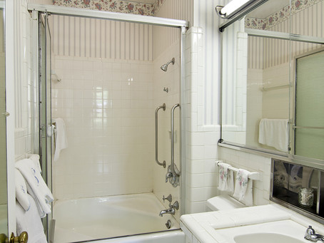 5 Strategies for Convincing an Elderly Loved One to Bathe