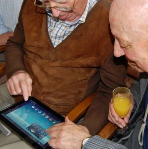The benefitial relationship between the elderly and social media