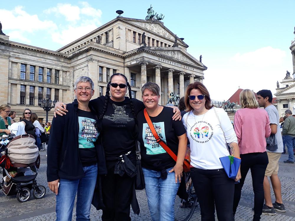 """Photocredit: """"Die Margits"""". Zusammen mit Freundinnen in Berlin."""
