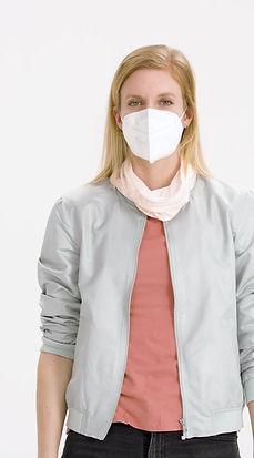 Multi-Funktions-Tuch über der medizinischen Maske getragen.