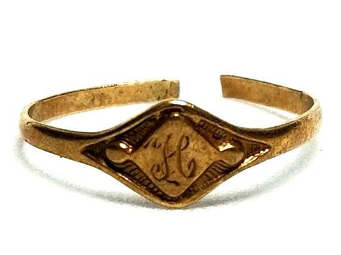 Designer by provenance, ring, childs ring, engraved initial H, 10K gold.