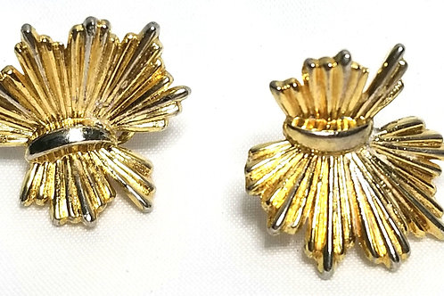 Designer by Trifari, earrings, 1 inch clip on gold tone earrings.