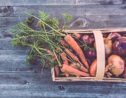 Korg av ekologiska grönsaker