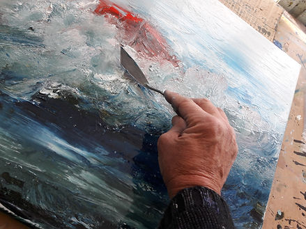 l'artiste Dann alias Daniel AUBERT travaillant la matièere de sa toile (huil) au couteau