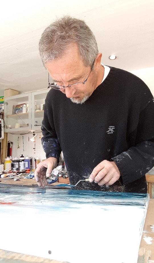 l'artiste Dann alias Daniel AUBERT en train de peindre