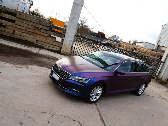 "Skoda Superb in ""Rushing Riptide"" foliert"