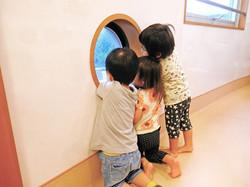 おひさま保育園:のぞき窓