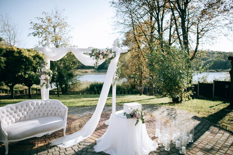 beautiful-wedding-ceremony-shore-lake-ar