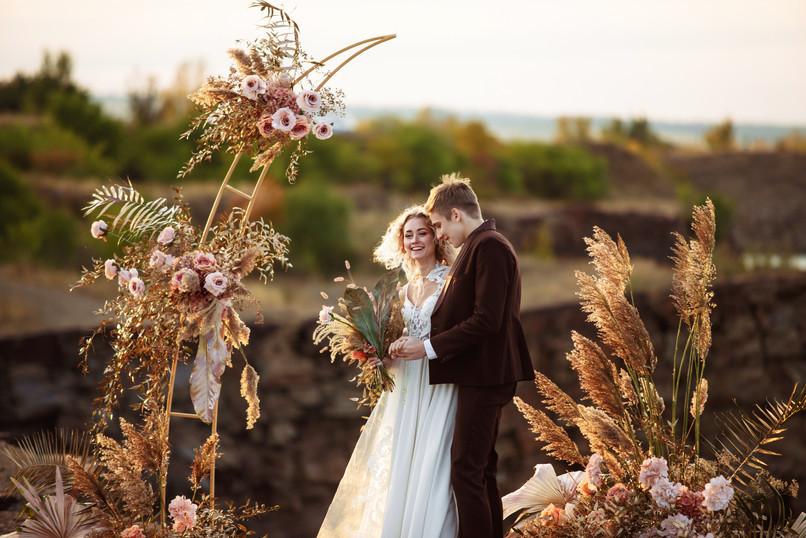 bride-groom-near-wedding-decoration-cere