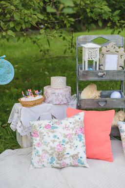 cozy-summer-photo-zone-romantic-recreati