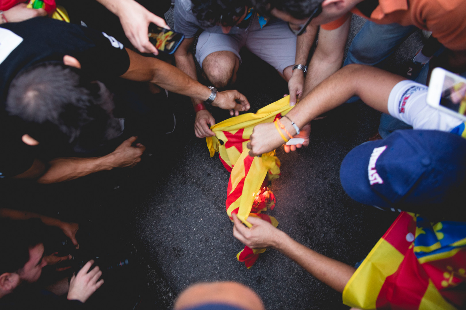 People from Valencia are burning the Catalunya's flag during a demonstration against the indipendence of the Valencian Comunity.